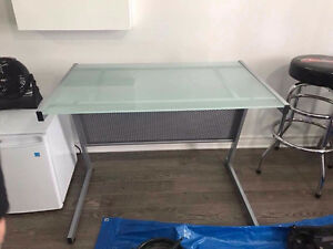 Desk Glass Top, Great deal  Bureau avec surface en verre à vendr