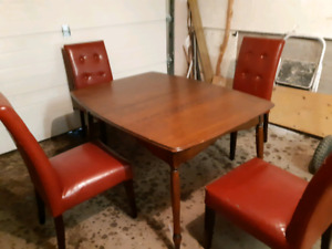 Kitchen table with 4 chairs ( delivery available)