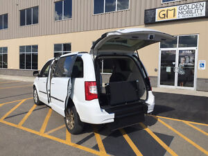 2014 *WHEELCHAIR ACCESSIBLE*Chrysler Town & Country Touring