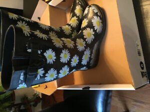 Ladies/teen size 8 flowered rubber books  - by Capelli New York