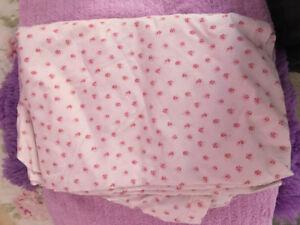 Pink floral bedsheet with bag / Drap de lit rose floral avec sac