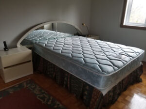 Queen bed & 2 side tables for sale \ Lit de reine à vendre