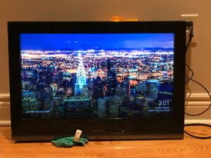 "Toshiba Television TV Receiver 26"" + Google Chromecast"