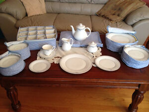 Royal Doulton dinnerware set/Ensemble de vaisselle Royal Doulton