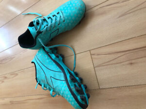 Size 4 girls soccer cleats