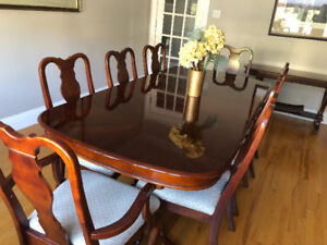Make an offer! Beautiful dining room table and chairs (8pieces)