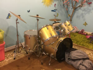 Complete set of drums with cymbals and chair