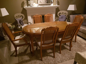 Solid wood great conditiom wooden table and 6 chairs