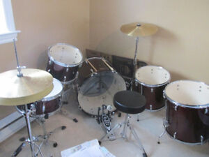 5 pc Pearl drum set , JUST LIKE NEW , only used a couple of time