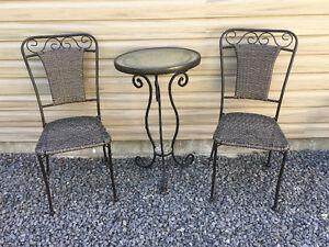 Chaise extérieur en sims-rotin brun avec petite table bistro