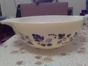 Vintage Pyrex bowl yellow black pattern