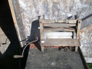 Early 1900's wooden Rapid cloths Ringer
