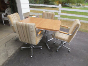 Kitchen table with leaf & 4 chairs