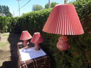 2 lampes de table de chevet et une lampe suspendue rose antique