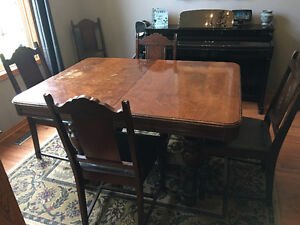 Antique mahogany dinning room table and hutch