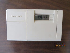 Programmable Thermostat - Honeywell T8112D 7 Day Heat and Air.