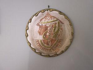 Assiettes murales variées(cuivre et argent-Porcelaine-Poterie))