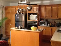 Grand 61/2 sur 2 étages: chambre/room to rent September 1st