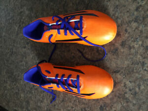 New soccer cleats, kids size 5, 20$