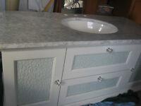Vanité 52'' en bois, avec comptoir de marbre et lavabo.  SPECIAL