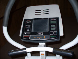 EXERCISE  EQUIPMENT  /  ELLYPTICAL