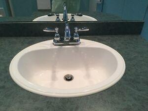 Lavabo salle de bain avec robinets / Bathroom sink with taps