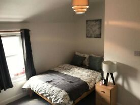 ** Large Double En Suite Room in professional house share * Bills Included * Working Person Only