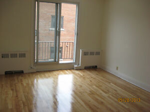 METRO COTE ST. CATH. 4.5 LARGE RENOVATED  CLEAN