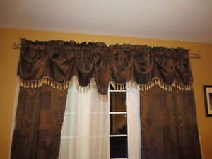 2 Curtains with topper
