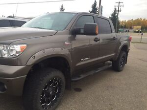 Toyota Tundra SR5 upgrades include NAV LEATHER - low kms