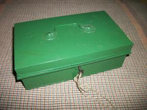 Petit coffre antique en métal avec clef.   3.25 x 5.5 x 9.5 inch