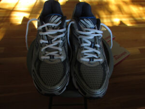 Mens size 9 Saucony sneakers, brand new