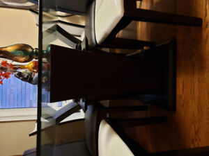 GLASS TOP DINING SET W/ 4 WHITE AND 2 BLACK SIDE CHAIRS