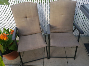2 CHAISES DE PATIO PLIANTES