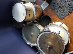 Vintage 7 piece Pearl drumset - hardware included