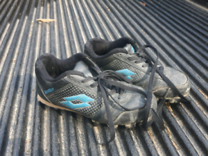 Boys sz 4 Baseball cleats