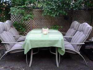 Ensemble patio (Table / 4x chaises / Coussins / Nappe)