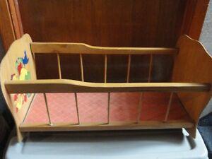 Vieux berceau en bois, pour poupée, à vendre.