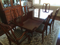 Colonial Dining room Table and 6 Chairs
