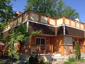 Rez-de-chaussée de maison avec toit vert en tout inclus