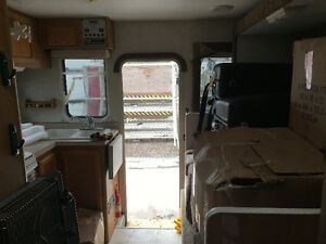 Amazing deal!! 2005 Lance 1181 Max Truck Camper - $13,500