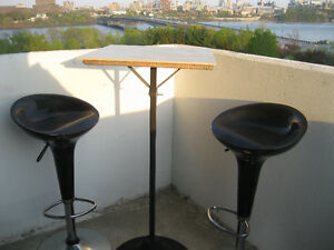 Bancs et table de balcon