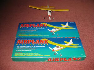 2 AIRPLANE-LIGHTNING WITH CHARGER MODEL 42619 - AVIONS JOUETS