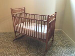 Berceau antique pour bébé