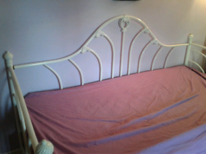 White metal twin trundle day bed 140$ obo