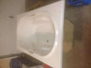 Maax bath tub for sale(6ft tub)
