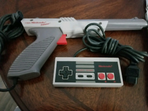 Nintendo Controller and Zapper. ( NES )