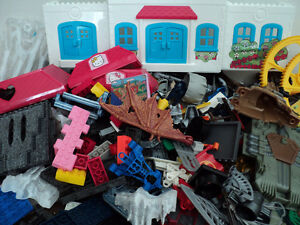MEGA BLOKS/OVER 900 PIECES/SAME SIZE/COMPATIBLE WITH LEGO BLOCKS Cornwall Ontario image 5