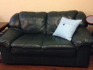 Sofa et causeuse, vrai cuir, tres bonne qualite