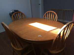 Oak pedestal table with 4 Windsor back chairs West Island Greater Montréal image 5